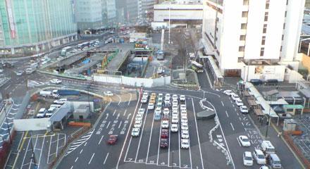 ▲タクシーの駐車場の奥で、大きな工事をしています。