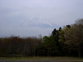 ▲夕暮れに微かに浮かぶ富士山。