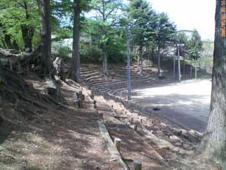 ▲小学校のグラウンド。かつては児童数1,600人のマンモス校だったので、かなり広いです。斜面に木を並べた自然のスタンドを下るとグラウンドに出ます。