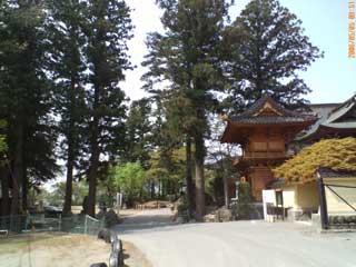 ▲小学校の隣にある「常圓寺」。大きな森に囲まれています。