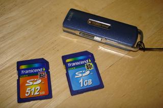 ▲FlashとUSBメモリのニューフェースたち。SDの512Mは以前のものです。