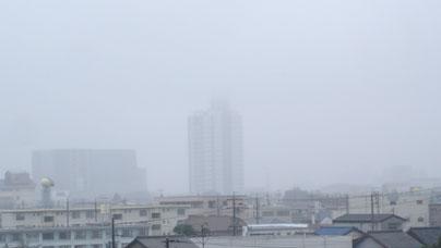 ▲ドコモビルのアンテナ部分が雲の中に。